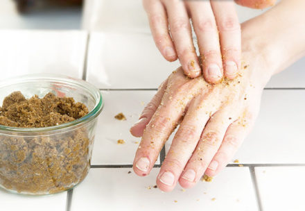 Diy hand- och fotskrubb med ringblomma och kamomill - organicmakers.se