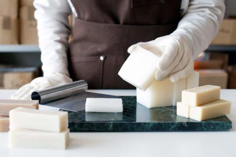 Egentillverkad kallrörd tvål - lär dig hur du gör - organicmakers.se