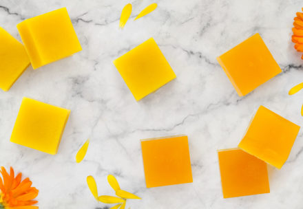 DIY ringblomstvål av Melt & Pour tvålmassa - organicmakers.se